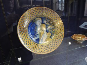 Plat faience; décor de grand feu et lustre metallique; 16th century